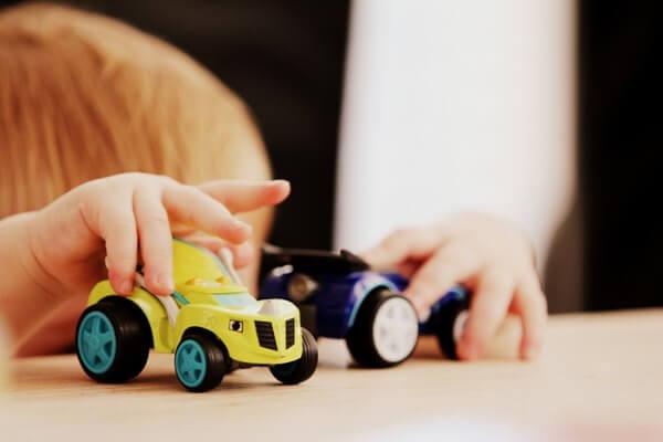 おもちゃで遊ぶ子の写真