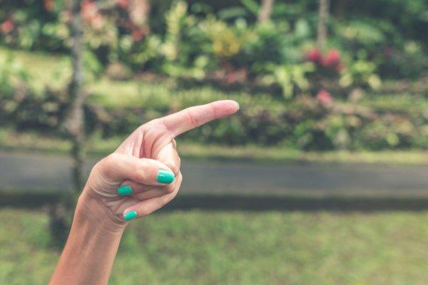 指をさす写真